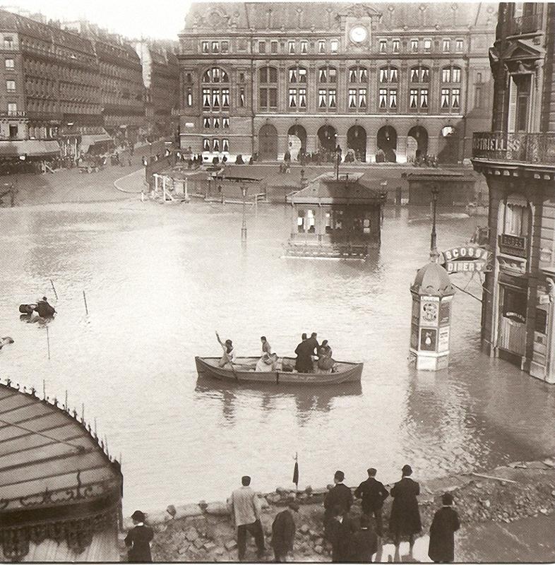 20. Разлив Сены перед вокзалом Св. Лазаря, 1910 год. В 1910 году столица пострадала от наводнения, п