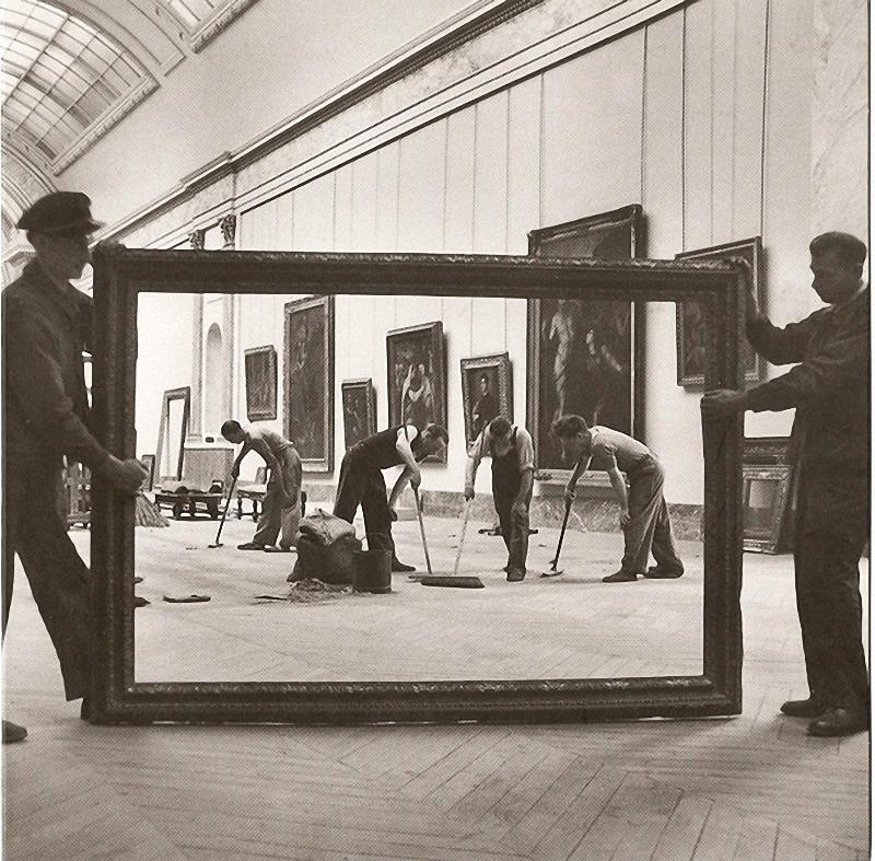 1. Уборщики Лувра . Вставленные в живую раму, уборщики создают волнующее сходство с произведением Гю