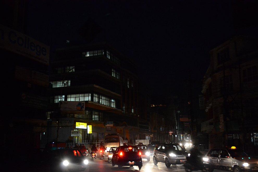 Вместо светофоров на крупных перекрестках оборудованы места для регулировщиков. Палка регулировщика