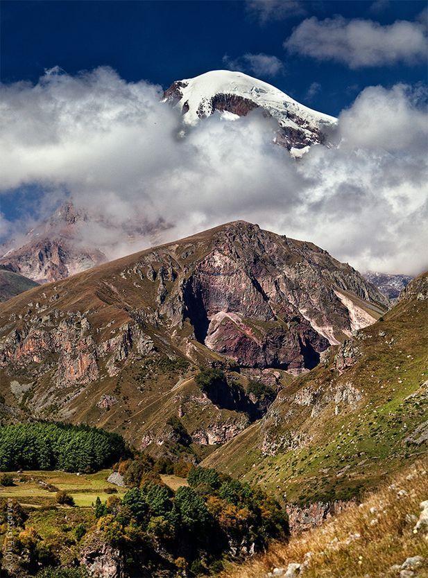 9. Гора Казбек – это доисторический затухший вулкан и, как утверждают ученые, последнее извержение п