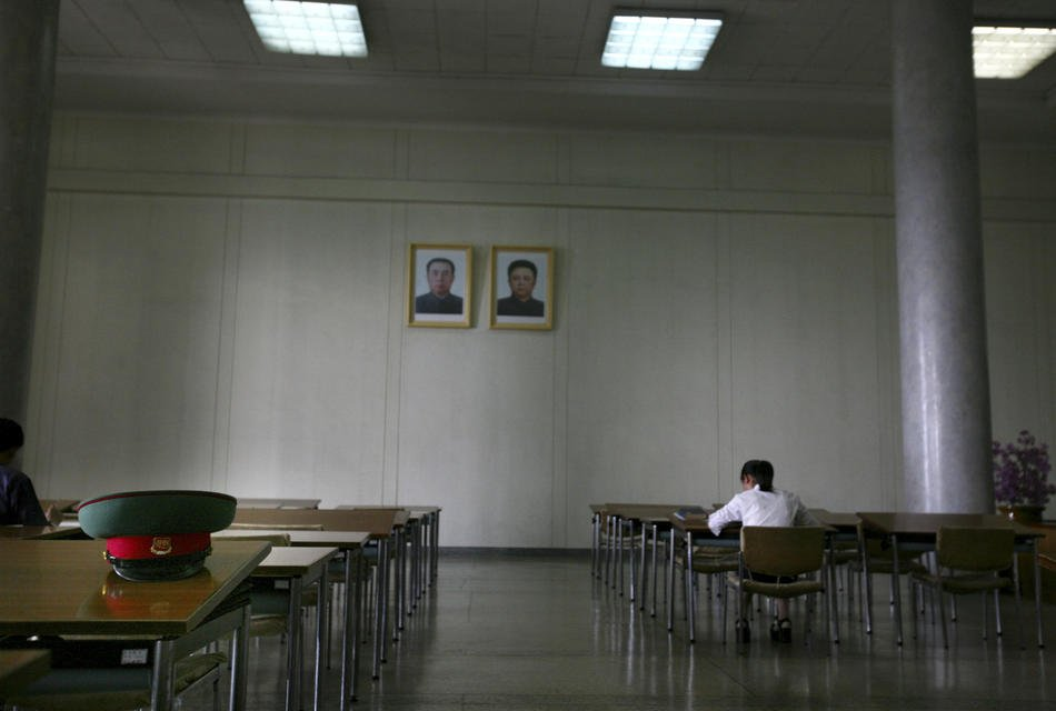 Военный музей в Пхеньяне. Гид рассказывает о корейской войне — конфликте между Северной и Южной Коре
