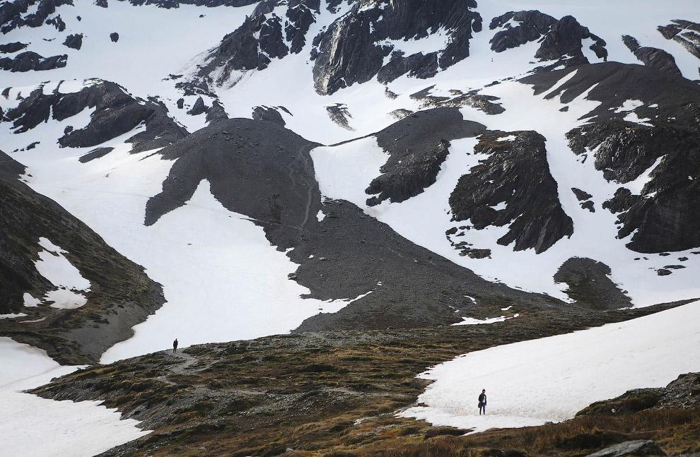 7. Отшельник. Построил себе дом в горах и живет. (Фото Mario Tama):