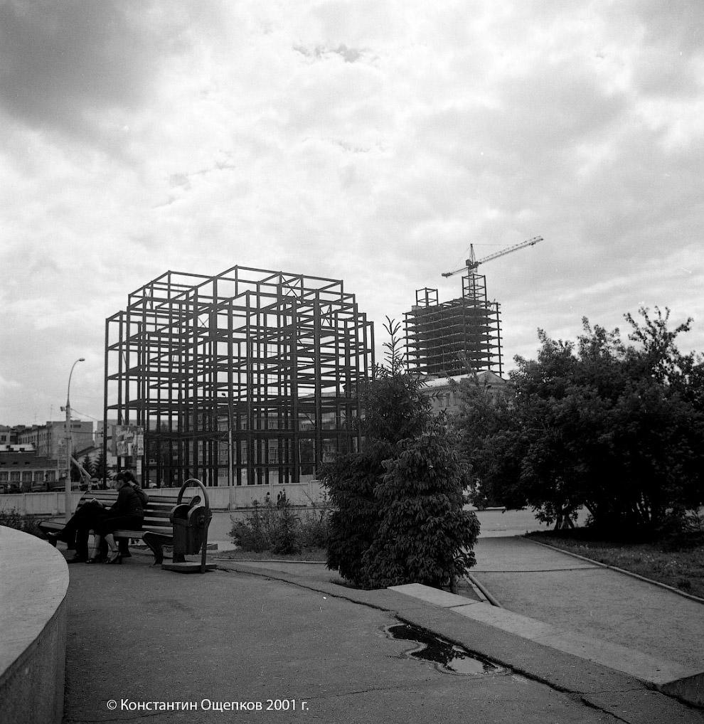 63. 6 июня 2001 года. Сфотографировать строительство «Бэтмена» удалось и лично мне, тогда ещё подрос