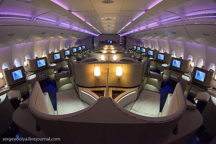 Начнем с курьеза — так выглядит дверь в цех, где собирают А380. Видимо, кто-то ключи дома забыл и, ч