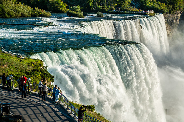 Ниагарский водопад находится на границе между Канадой и США. По сути, это три отдельных водопада &#8