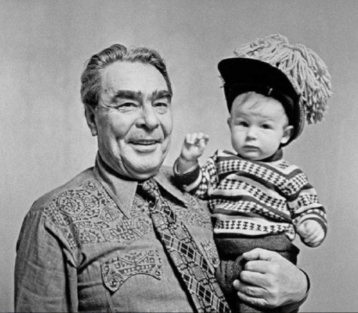 Генеральный секретарь ЦК КПСС держит на руках правнучку Галю в первый день 1973 года.