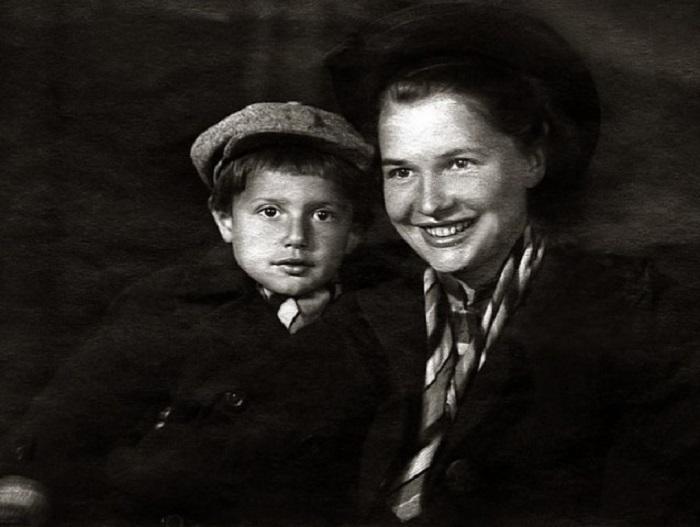 На фотографии из семейного альбома юный Александр запечатлен со своей мамой — Галиной Александ