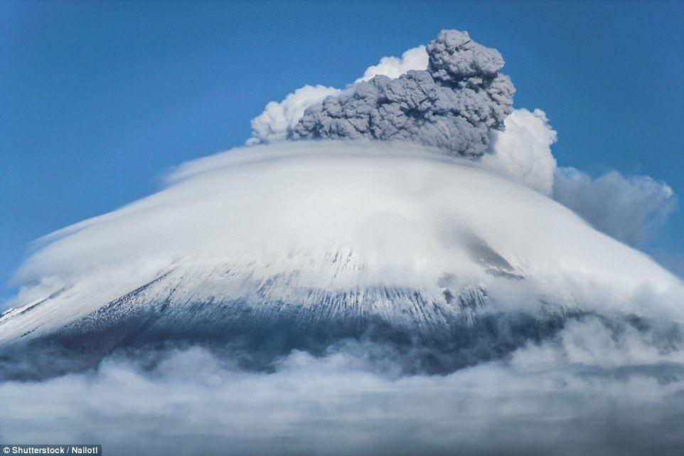 Извержение одного из 36-ти подводных вулканов у берегов Тонги, 18 марта 2009 года. Вулкан выбрасывал