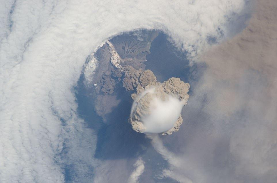 Извержение вулкана Кливленд на Аляске в 2006 году. Вид с борта МКС.