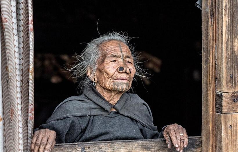Эта древняя традиция действовала в апатани вплоть до 1970-х годов, постепенно сходя на нет. Однако ф