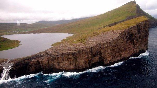 Сорвагсватн — озеро над океаном (5 фото)