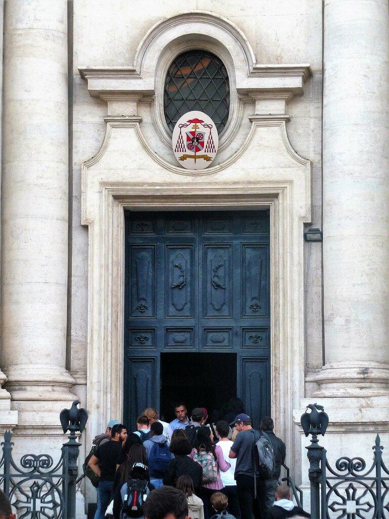 Вход в церковь.