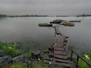 Город КемьНа другой стороне ул.Малышева открывается вид на Кемскую губу с многочисленными лудами и островами (видны на горизонте). На переднем плане – самодельный причал для катеров местных жителей.