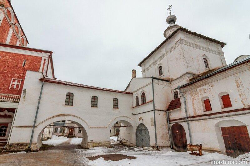 Воздвиженская церковь над Святыми воротами, Вологодский кремль, Архиерейский двор