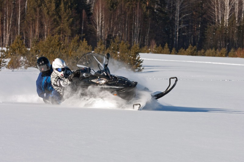 Управление снегоходом по не накатанной трассе