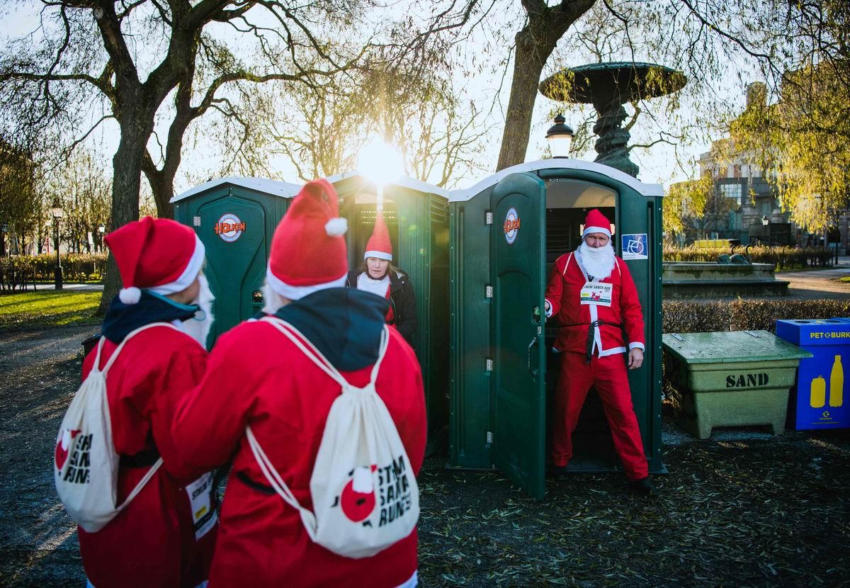 Дед Морозы тоже люди: Санта Клаусы в очереди в уличный туалет посреди Стокгольма