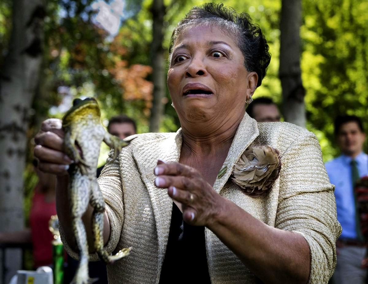 Фу, какая гадость!: Чемпионка по прыжкам среди лягушек в руках почетной гостьи необычных соревнований
