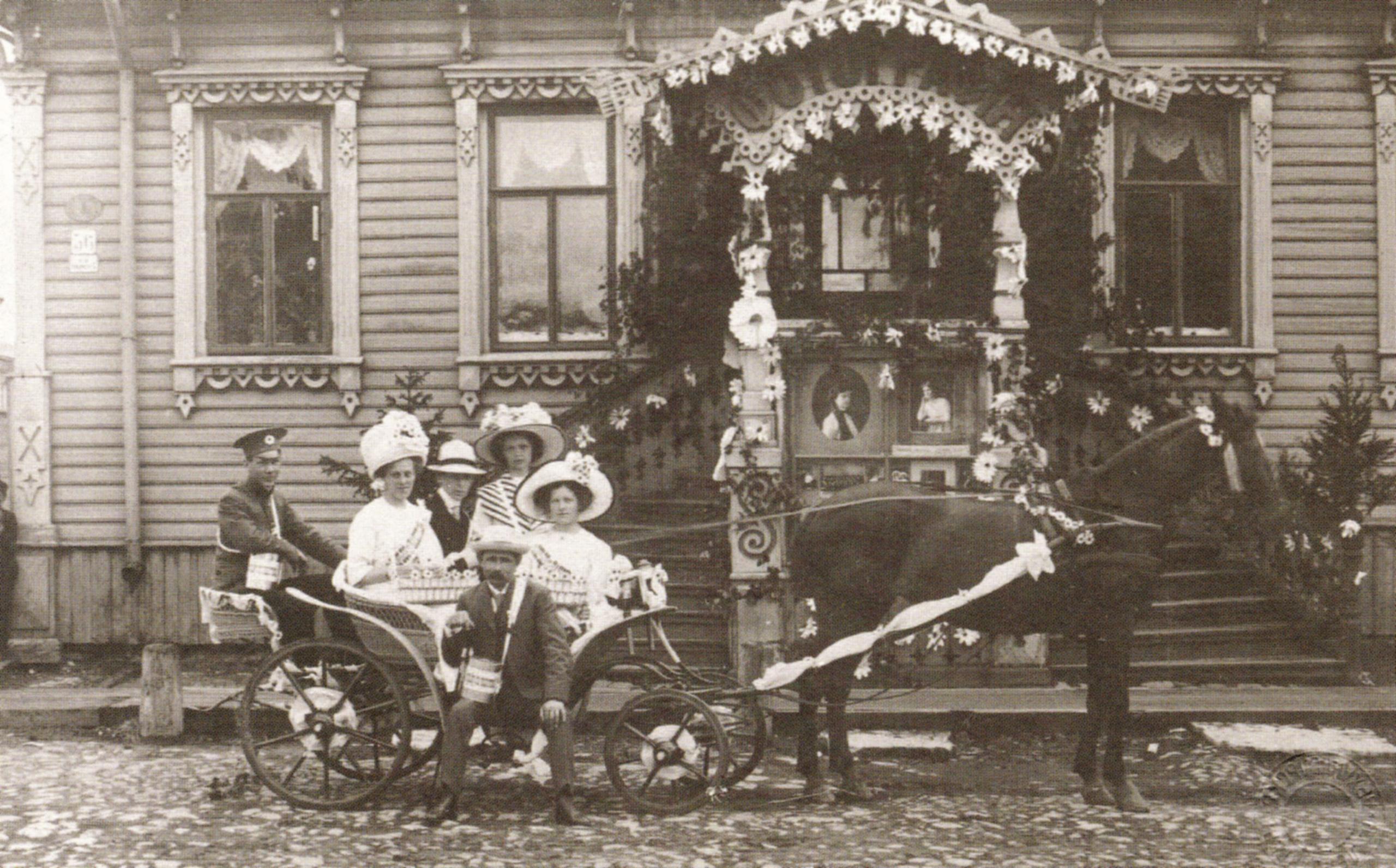 День белого цветка. Возле фотостудии Якова Лейцингера. 1911