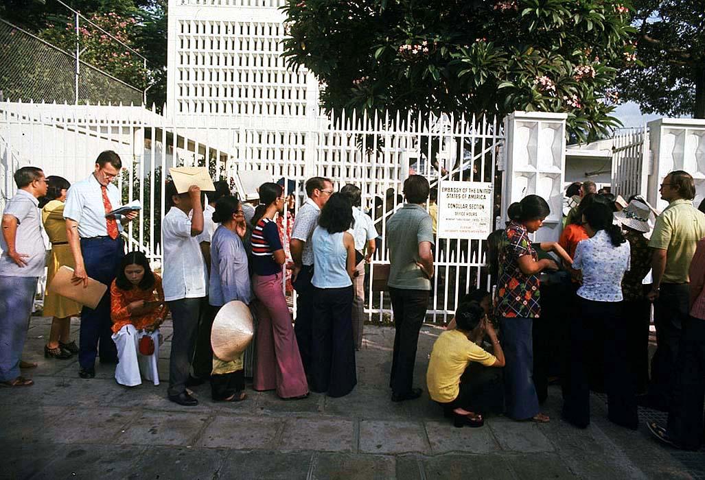 Толпа возле посольства США утром 29 апреля 1975