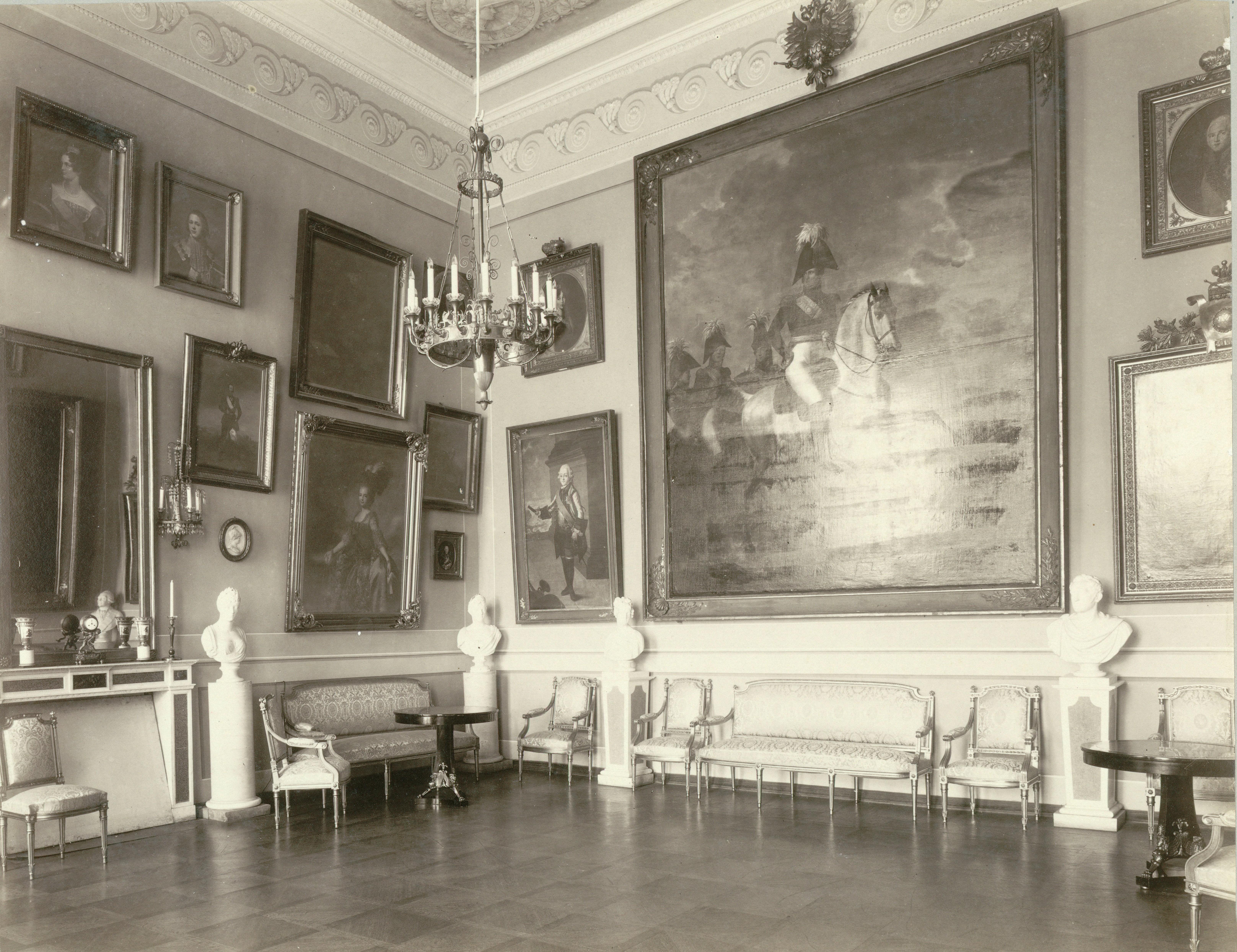 Дворец. Императорский зал. Северо-западный угол. Справа картина Ж.Б. Свебаха «Александр I со свитой