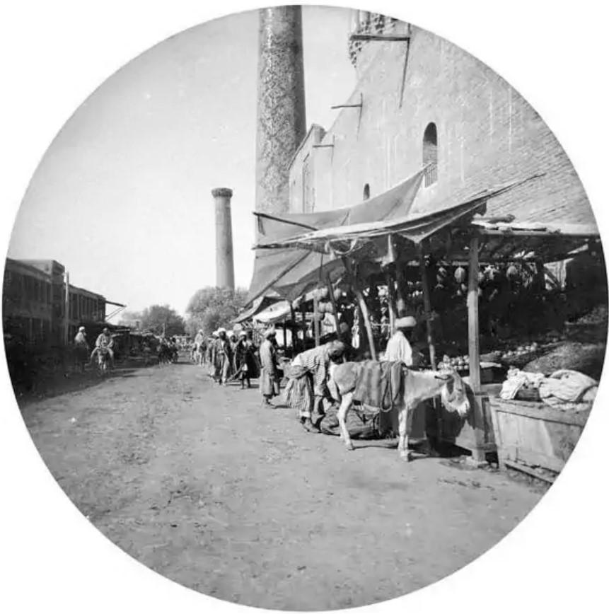 Торговые ряды вдоль стены медресе Шер-Дор