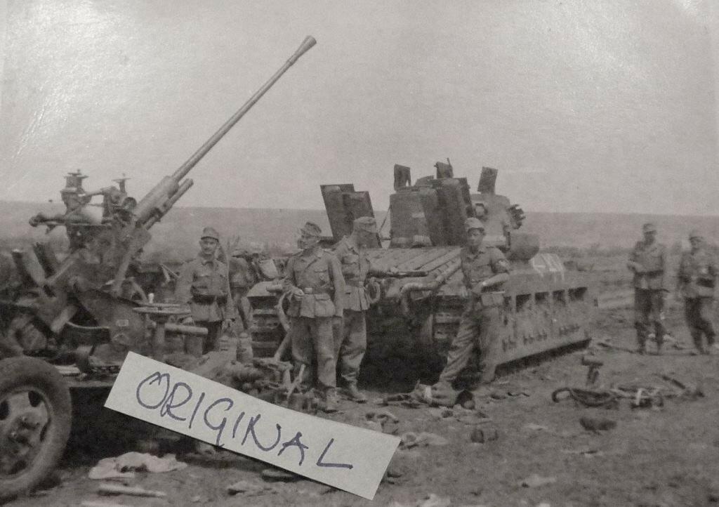 """Подбитый пехотный танк Mk.II (A12) """"Matilda II"""", буксировавший 37-мм зенитку."""