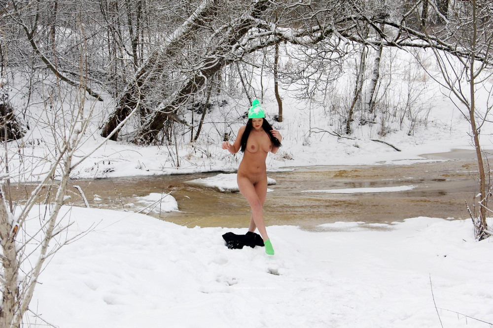 Дарья разделась на зимней прогулке