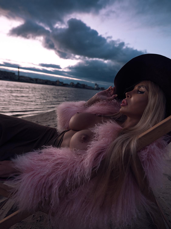 На пляже в розовой шубе / фото Slinky-Aleksandr Lishchinskiy