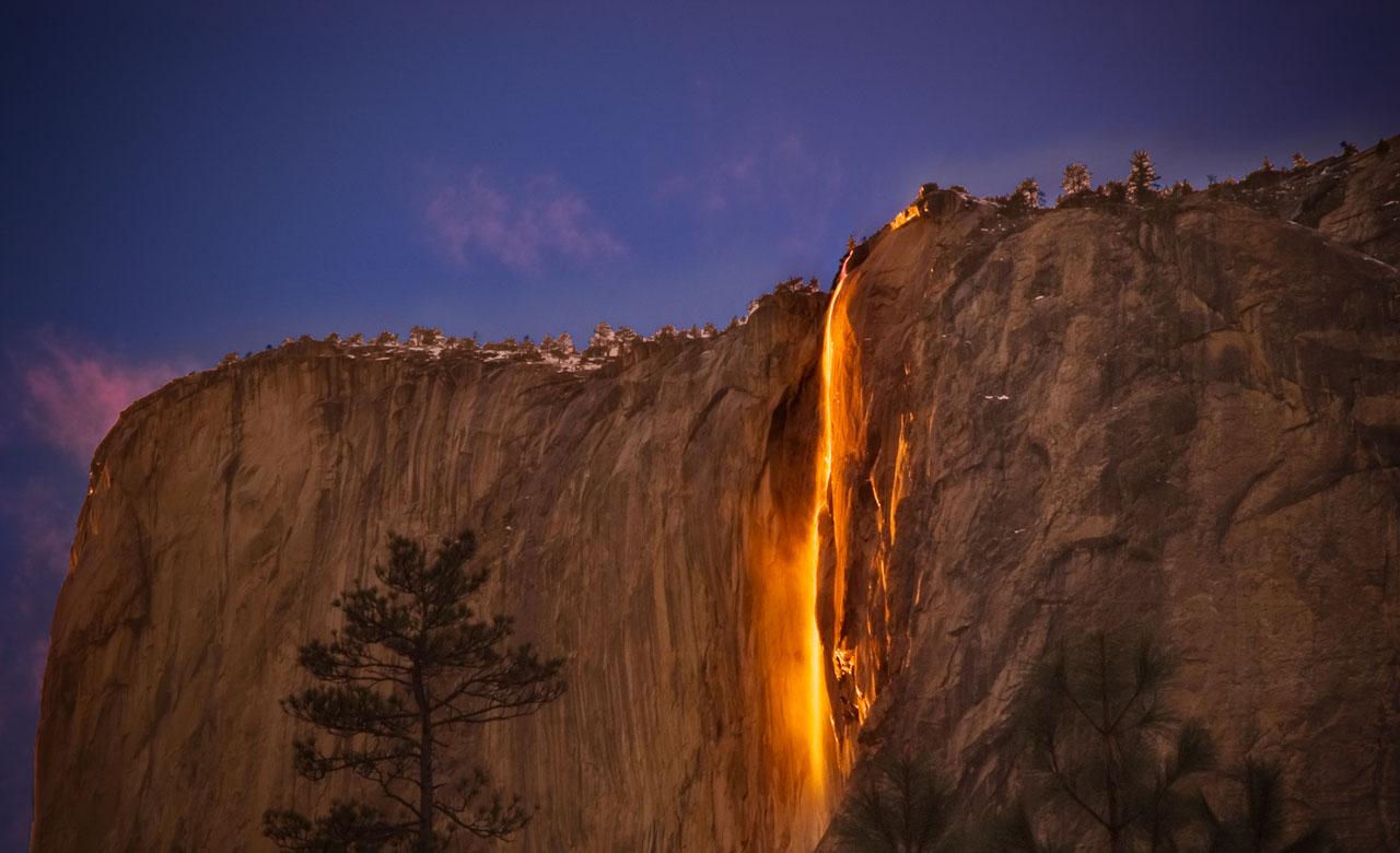 Удивительное природное явление связано с тем, что на закате солнечные лучи отражаются в водопаде, со