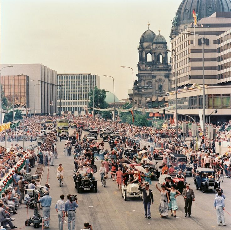 Социалистический Берлин торжественно отмечает 750-летие города.   Незадолго до этого восстановл