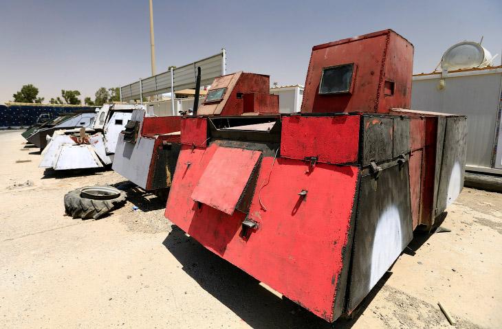 1. Боевые машины — это обычные внедорожники, которые, однако, были покрыты металлическими листами из