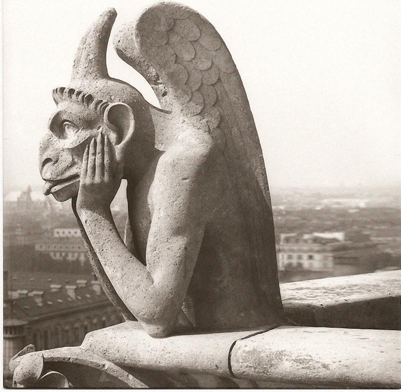 12. Химера Нотр-Дама. Вампир, облокотившийся на верхушку Нотр-Дама, словно застыл в изумлении перед