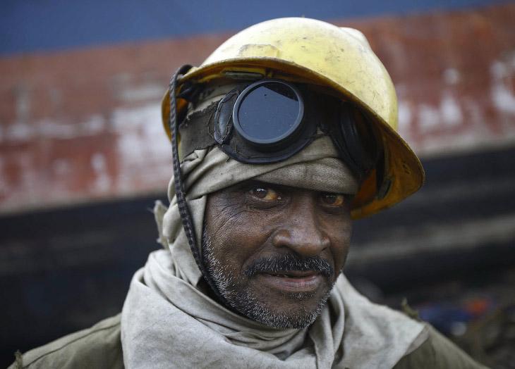 2. Гаддани, Пакистан, 10 июля 2012. Идут работы по удалению обшивки корабля. В левой верхней части с
