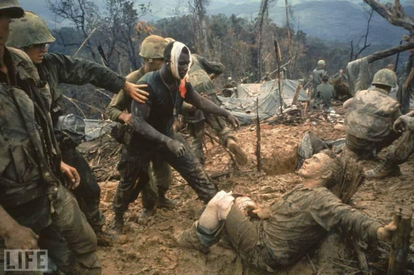 Автор фото: Ларри Барроуз (Larry Burrows), 1966. Морские пехотинцы во время войны во Вьетнаме. Темно