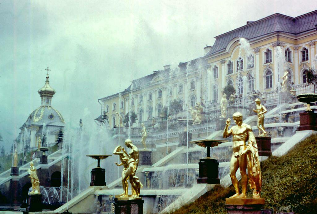5. Петергоф — летний дворец и любимое место отдыха горожан и тогда, и сейчас.