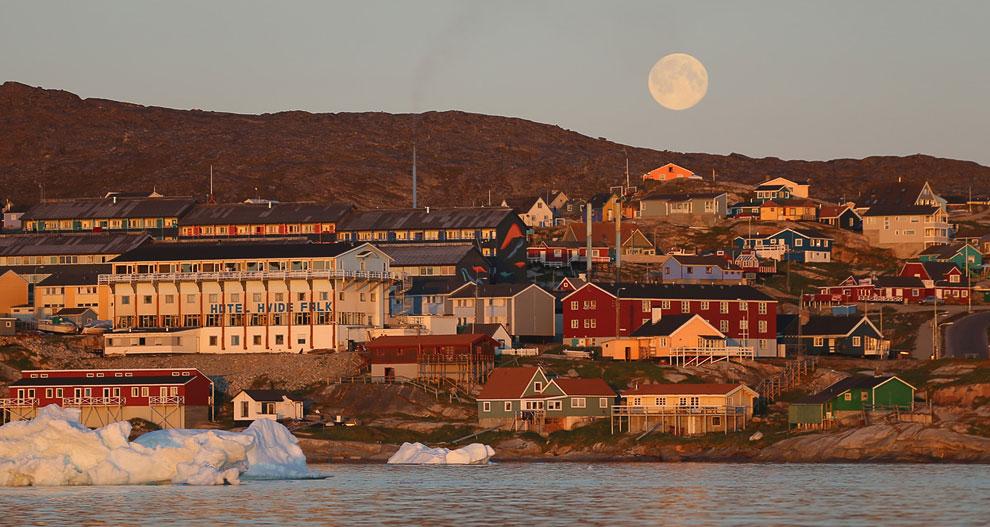 Вид на город Илулиссати айсберги, которые откололись от ледника Якобсхавн. Остров Гренландия, 24 июл