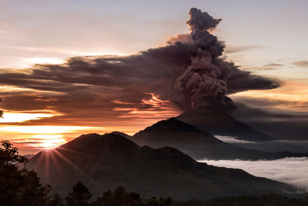 18. Извержение вулкана Агунг на острове Бали, 30 ноября 2017. (Фото Juni Kriswanto):