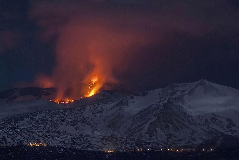 27. Вулкан Колима на западе Мексики расположен в штате Халиско в Вулканической Сьерре, в 80 км от б