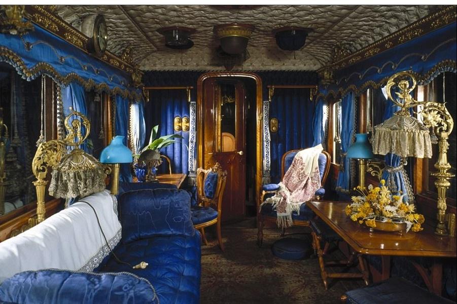 Как королева на поезде путешествует