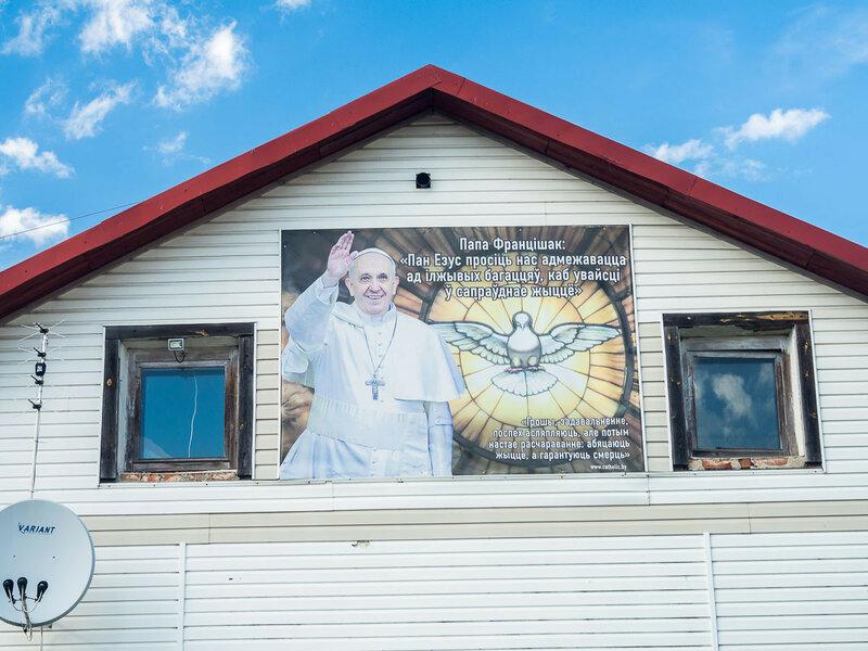 Папа Франциск приветствует вас и рекомендует адмежавацца ад iлживых багаццяў.