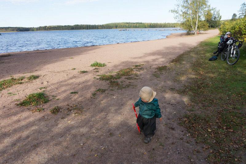 ребенок с лопаткой на пляже в Коувола
