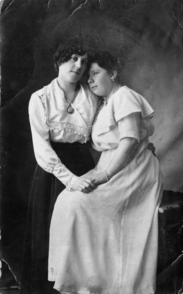 Агриппина Михайловна (сидит в белом платье) с подругой