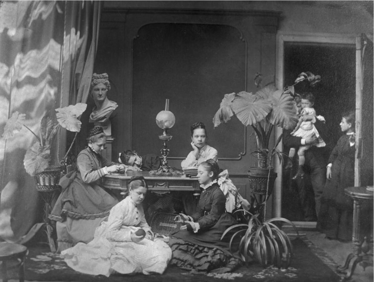 Пелагея Васильевна Дзержинская в белом платье, сидящая на полу с подругами