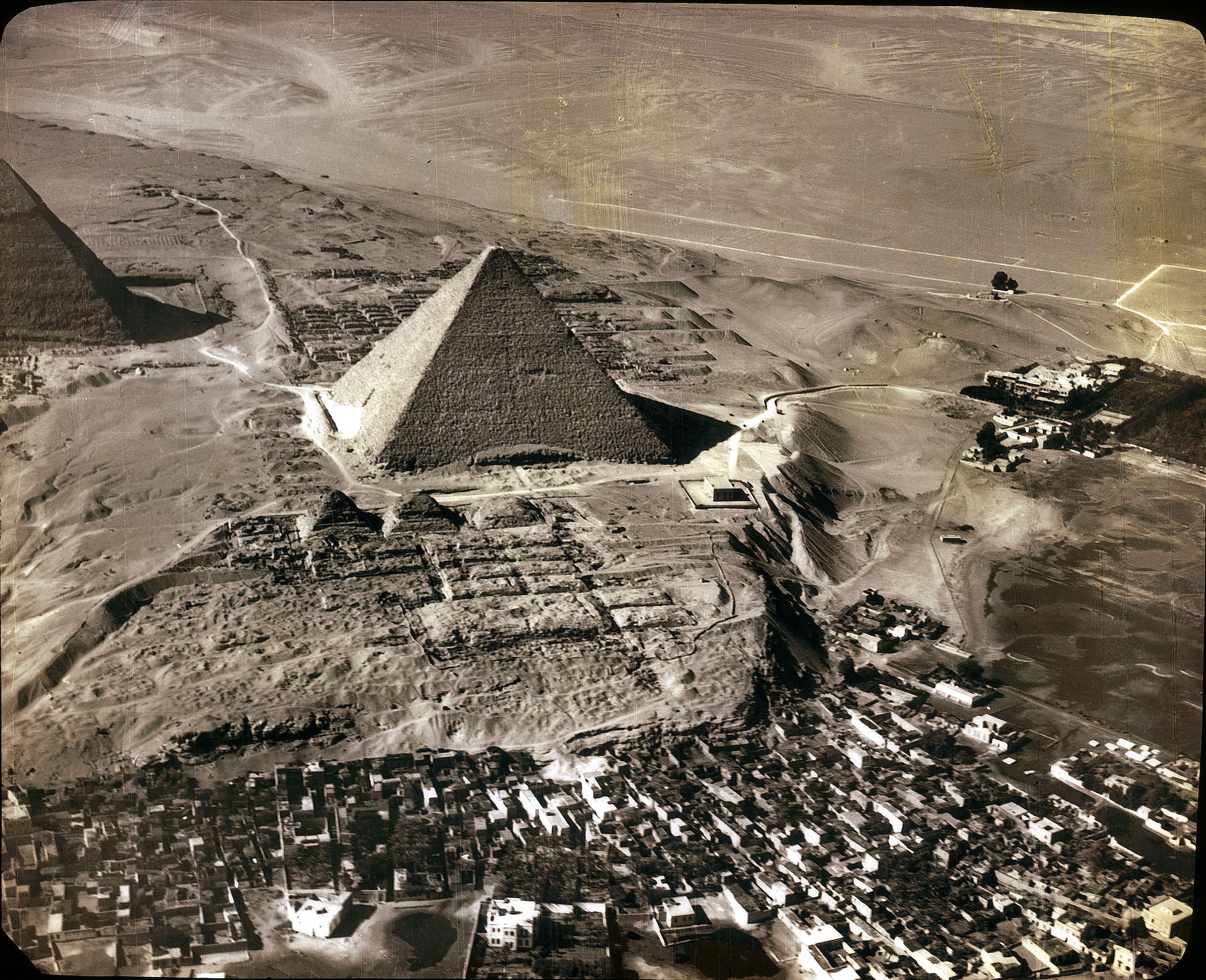 Гиза с пирамидой Хеопса. Справа гостиница Mena House с высоты 500 м