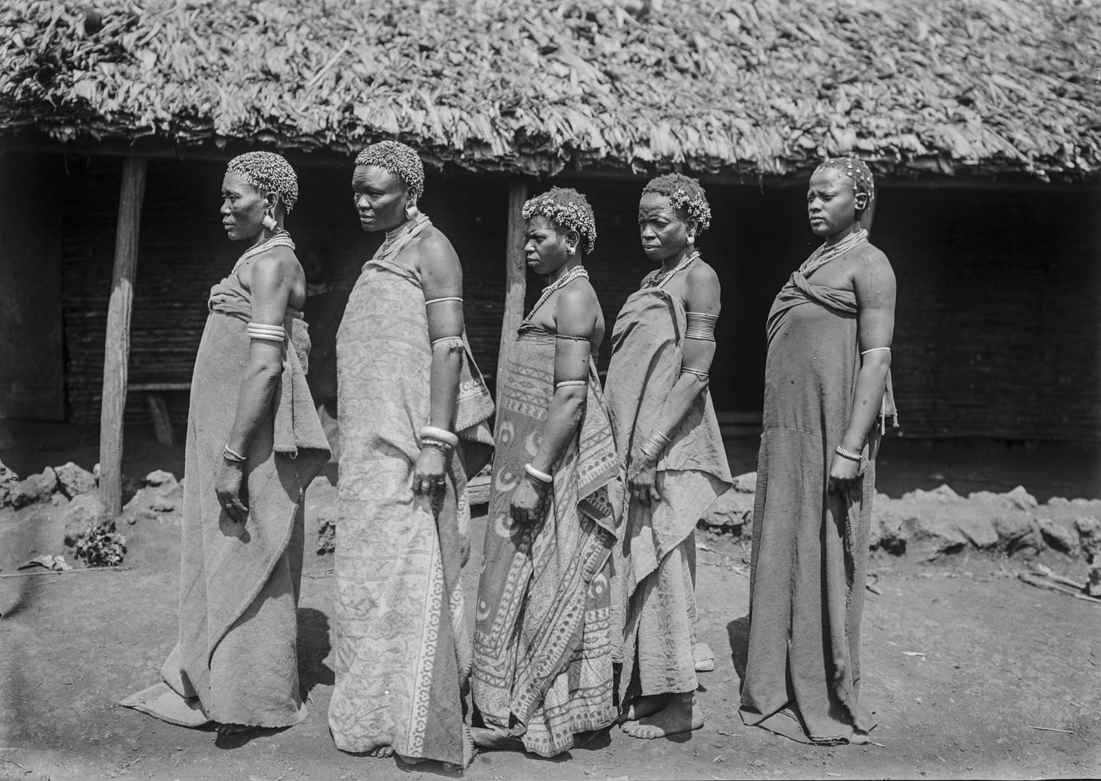 189. Портрет группы женщин чагга в профиль