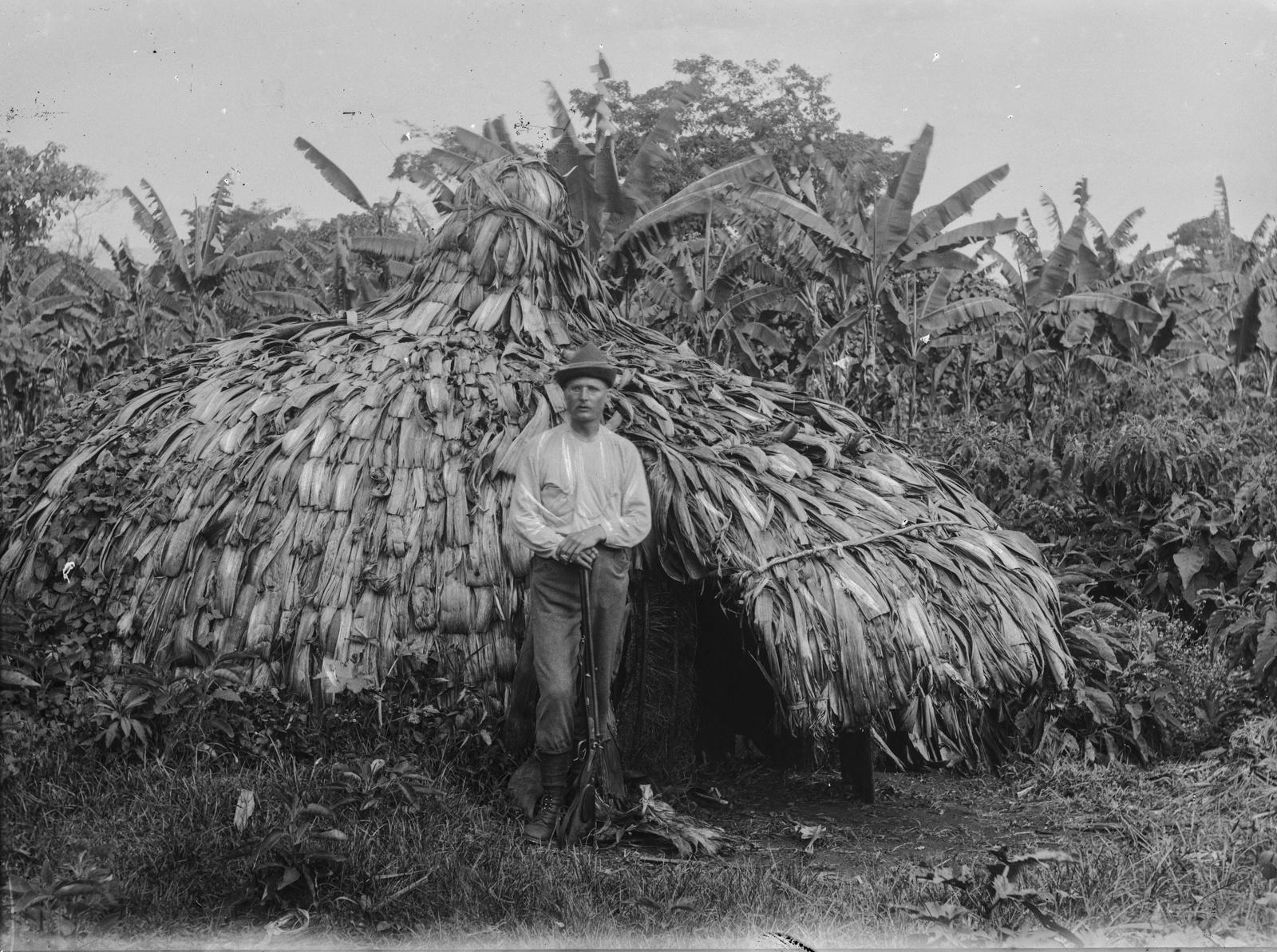 208. Портрет Ганса Мейера с шляпой и винтовкой перед хижиной