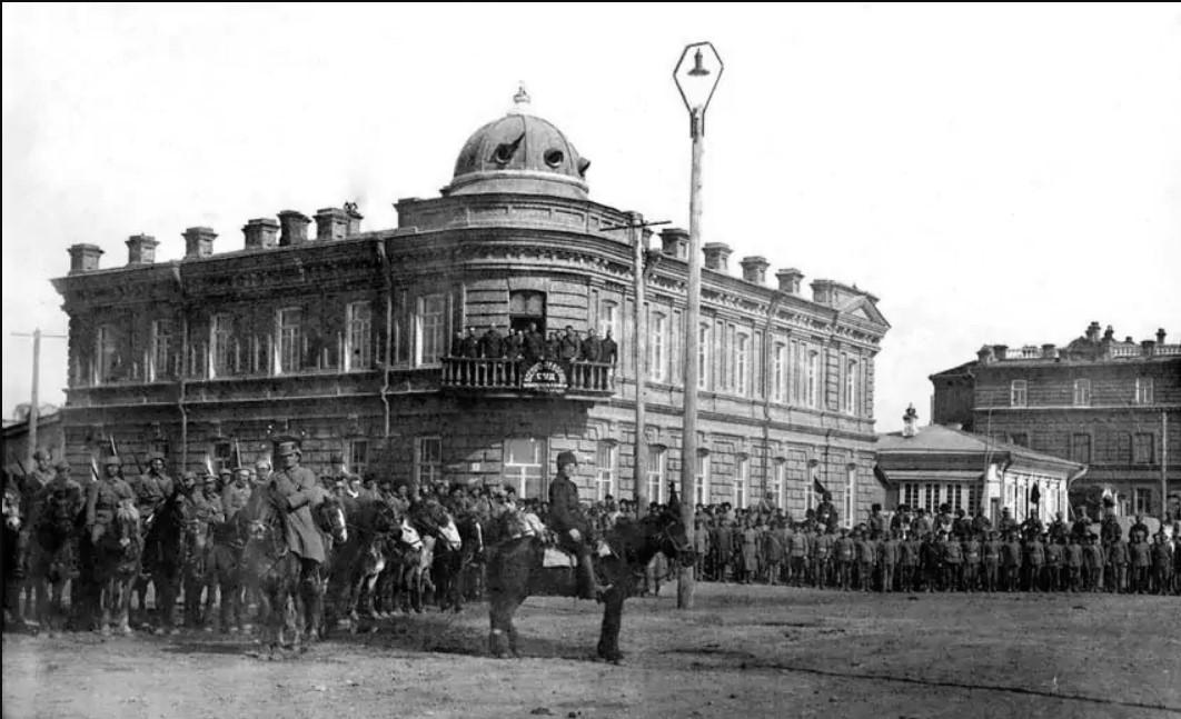 Военное построение на Набережной улице