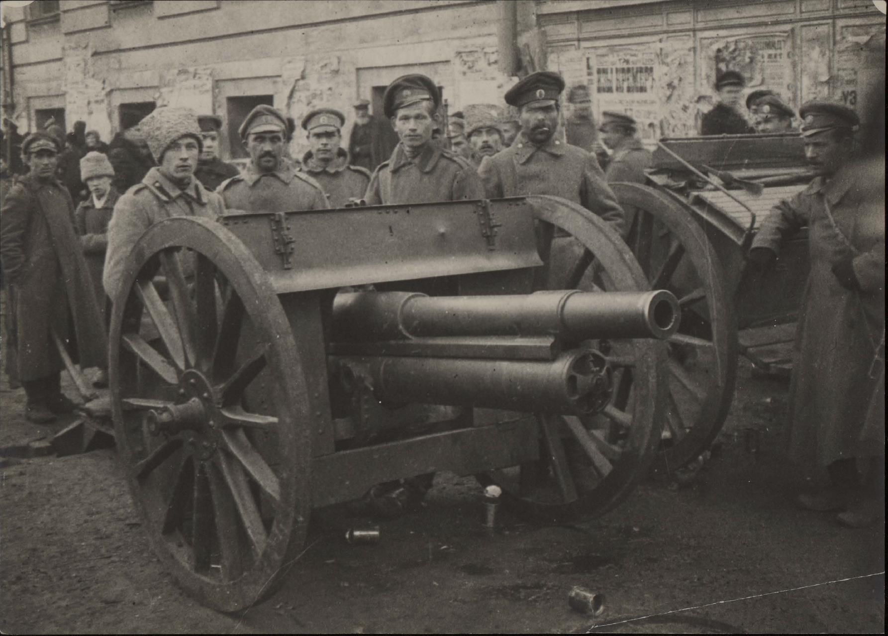 10. Большевики с пушкой возле здания Совета рабочих депутатов