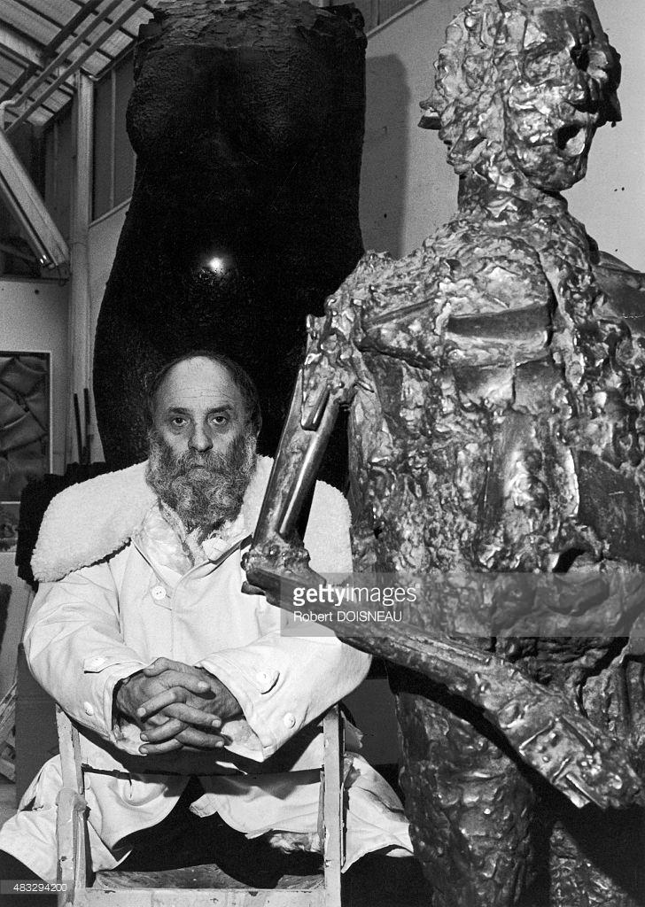 1981. Французский скульптор  Сезар Бальдаччини у себя в студии на рю де Роже, 10