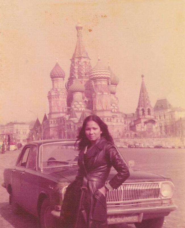 «Мама в Москве в 1975-м. Судя по ее рассказам о путешествиях, я бы не удивился, если бы она была шпи
